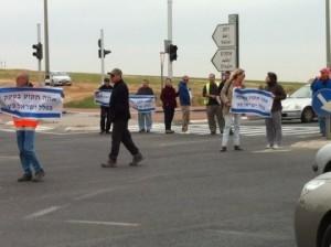 מפגינים בצומת להבים נגד עיכוב המחלף2